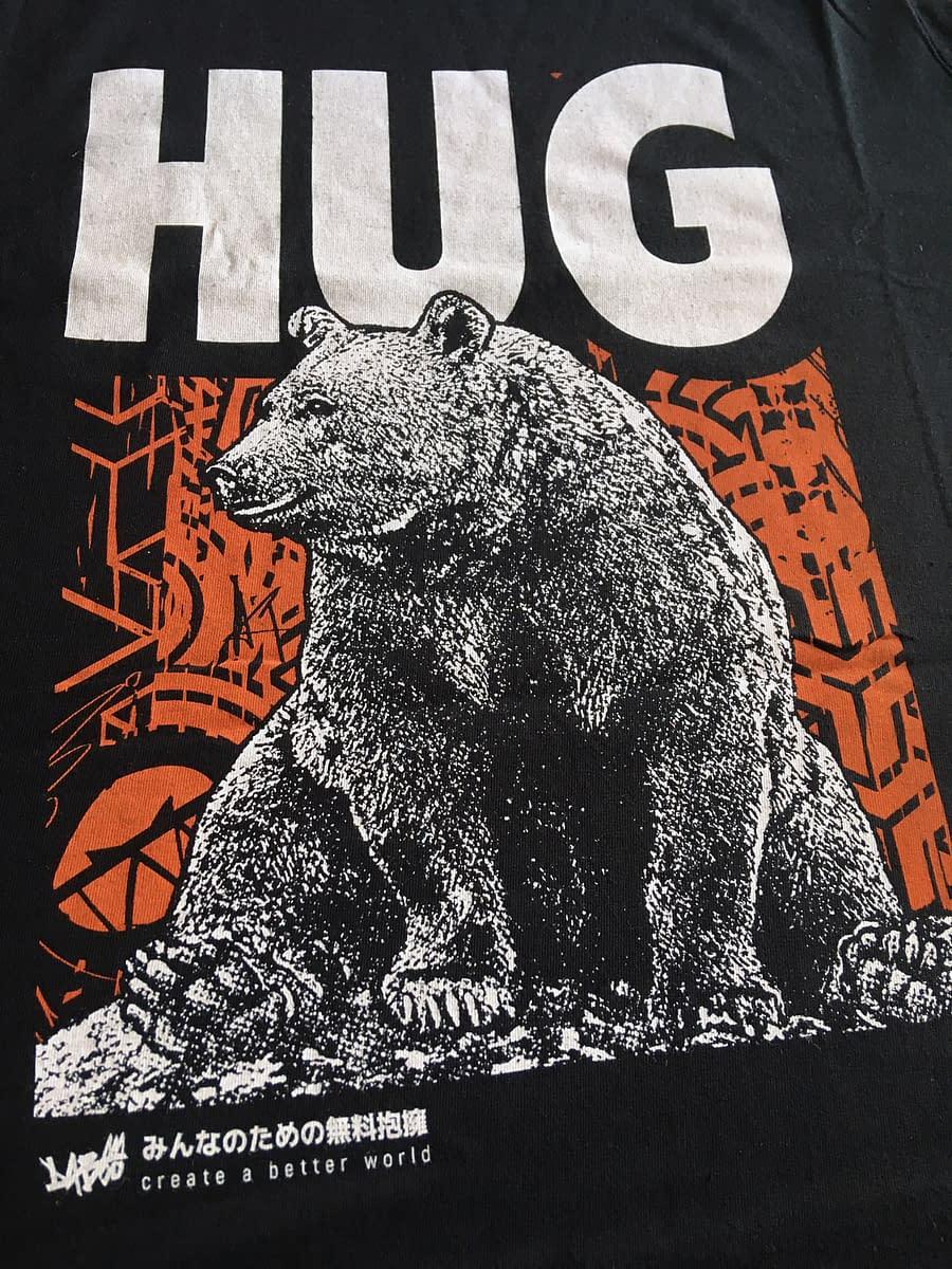T Shirt Hug detail